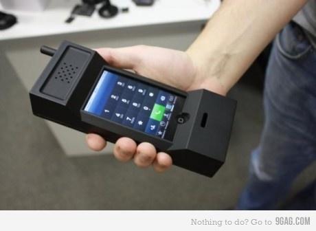 Iphone dentro de uma case retro imitando celular da decada de 90